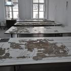 Для восстановления композиций требуются большие рабочие столы и просторные, ярко освещенные помещения