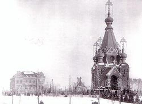 Храм во имя святых Константина и Елены и дом имени императора Александра III. Фото начала XX в.