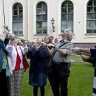 Екатерина Степанова вместе с другими журналистами зажигает старинный эрмитажный фонарь