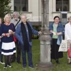 Екатерина Степанова (справа от фонаря), другие журналисты, освещающие жизнь Эрмитажа, директор музея М.Б.Пиотровский