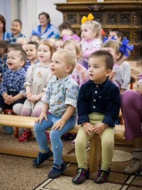 04 Дети смотрят спектакль