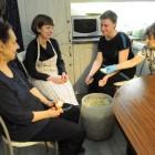 Сестры Сестричества св. Анастасии помогают подготовить буфет