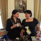 Ольга Суровегина и волонтер на нашей ярмарке Ирина занимались столом с сувенирами