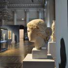 «Голова Афродиты с крестом на лице». Римская империя. Аттическая мастерская. I в.  Национальный археологический музей, Афины