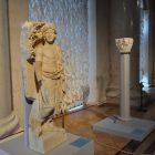 «Фигура юноши в тоге». Фрагмент саркофага с интерколумиями. Римская империя. Малоазийская мастерская. Начало III в.  Византийский и христианский музей, Афины