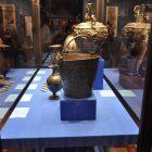Витрина с предметами из серебра из коллекции Эрмитажа