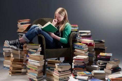 человек читает книгу 1