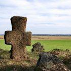 Милькунь, Докшицкий, Витебская обл. Каменных крестов в Белоруссии много, но в подавляющем большинстве они достаточно поздние - XVIII - XIX вв. Вероятнее всего, и эти замечательные живописные кресты, сохранившиеся на старом кладбище, были изготовлены тогда же.