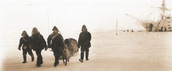 Лейтенант А.В. Колчак (3-й слева) со спутниками отправляется на о-в Бельковский во время 2-й зимовки «Зари»