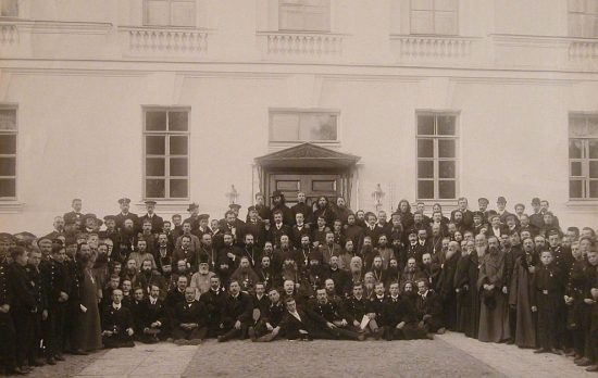 Группа преподавателей и слушателей Духовной семинарии у здания на Обводном канале, 19. 1909 год