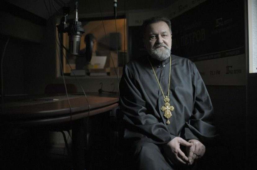 """Архимандрит Ианнуарий в студии радио """"Град Петров"""". Фото - Станислав Марченко"""