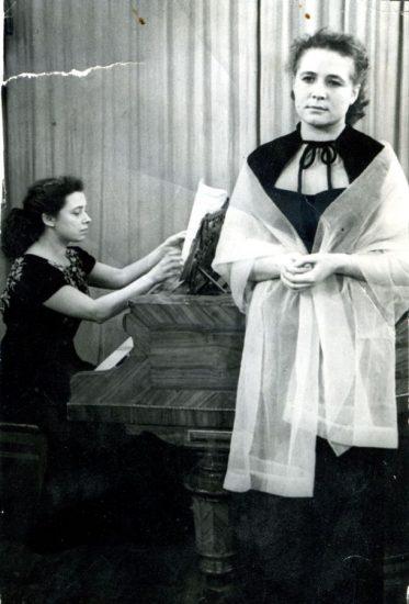 Людмила Михеева (3 курс консерватории) и Надежда Юренева (сопрано) на Ленинградском телевидении