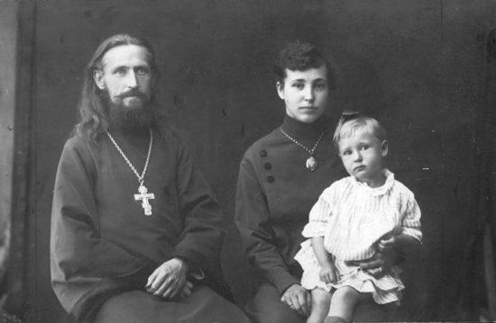 Протоиерей Петр Белавский и матушка Ксения Васильевна с дочерью Александрой. Фото 1925 г.