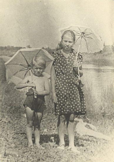 Таня Савичева (справа) с племянницей. Саблино