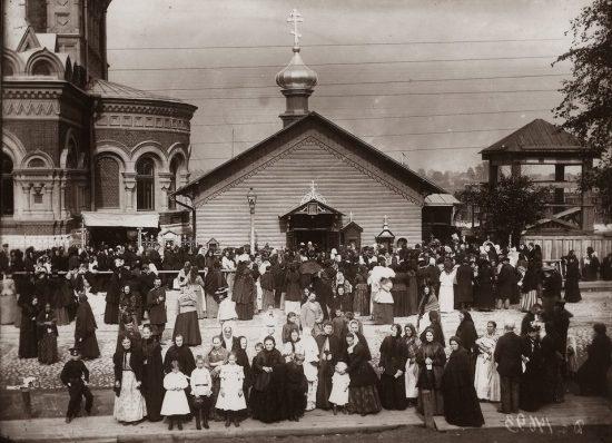 Часовня Божией Матери Всех Скорбящих Радости, начало 1900-х годов, рядом улица Смоляная. Прихожане у часовни